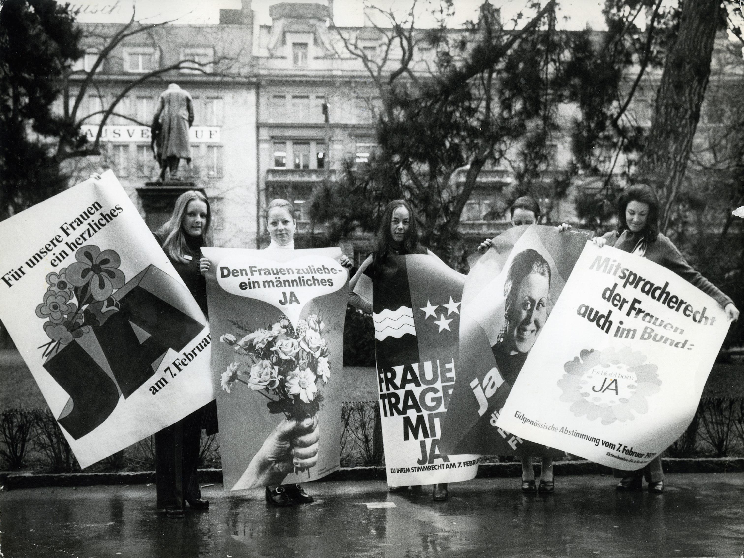 Frauen mit Frauenstimmrechtsplakten.